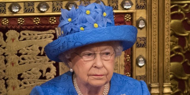 people-are-saying-the-queen-deliberately-wore-a-hat-designed-to-look-like-the-eu-flag.png