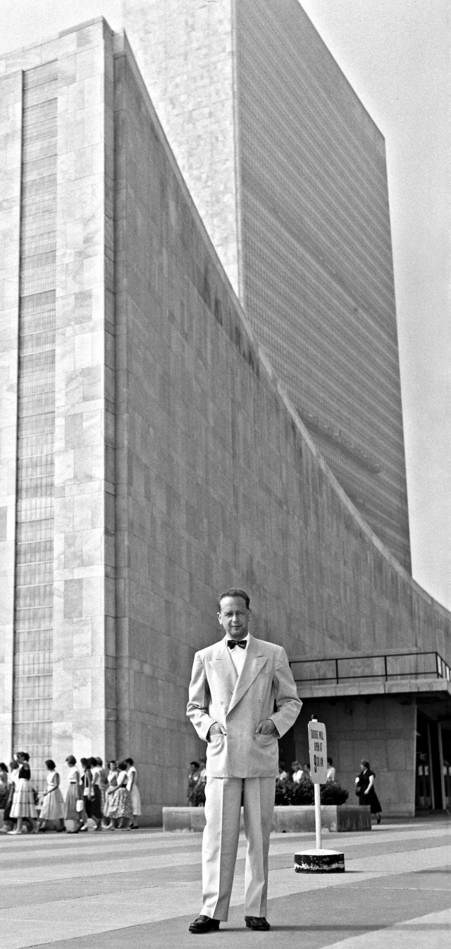 Dag_Hammarskjold_outside_the_UN_building-2
